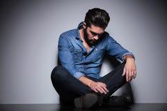 Homme s'asseyant et regardant Photographie stock libre de droits
