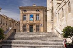 Homme s'asseyant sur des étapes, Avignon, France Photographie stock