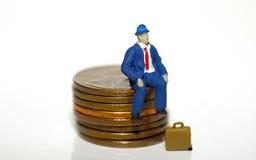 Homme s'asseyant sur des penny images libres de droits