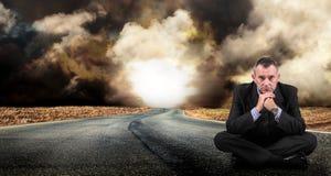 Homme s'asseyant sur la route Photos libres de droits