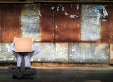 Homme s'asseyant sur la route Photographie stock