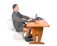 Homme s'asseyant sur la toilette Image stock