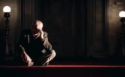 Homme s'asseyant sur le plancher dans la mosquée Photo stock
