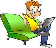 Homme s'asseyant sur le sofa avec l'ordinateur portatif Photographie stock libre de droits
