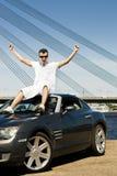 Homme s'asseyant sur son véhicule Photographie stock libre de droits