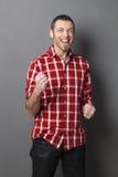 Homme 40s enthousiaste criant pour la victoire Photographie stock libre de droits