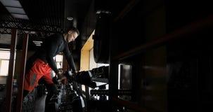 Homme s'exerçant avec des haltères Type fort musculaire soulevant les poids lourds culturisme banque de vidéos