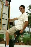 Homme s'exerçant en stationnement Photos libres de droits