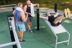 Homme s'exerçant sur la table de gymnase Photos libres de droits