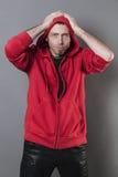 Homme 40s gêné mettant ses mains sur la tête pour exprimer l'erreur Image stock