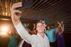 Homme s prenant un selfie de téléphone portable Image stock