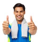 Homme sûr d'ajustement faisant des gestes des pouces  Photo libre de droits
