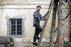 Homme sûr posant dans des jeans de lisière images libres de droits