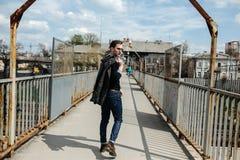 Homme sûr posant dans des jeans de lisière image stock