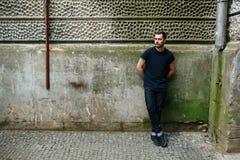 Homme sûr posant dans des jeans de lisière photos libres de droits