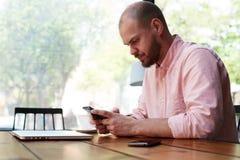 Homme sûr prenant le déjeuner dans le café et attendant son associé dans les affaires Images libres de droits