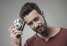 Homme sûr tenant un appareil-photo de vintage Images stock