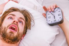 Homme s'?tirant dans le lit ?tirez apr?s se r?veillent pendant le matin Jeune homme attirant d?tendant sur le lit photographie stock