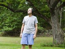 Homme s'usant les amortisseurs sains de bruit Image libre de droits