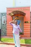 Homme saluant devant le commissariat de police de tourisme et le musée internationaux de police photographie stock
