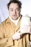 Homme sans abri avec une boîte de lait Photos libres de droits