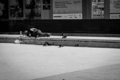 Homme sans abri dormant sur le plancher Photographie stock libre de droits