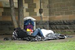 Homme sans abri près de la cathédrale de St Paul à Melbourne du centre Photo libre de droits