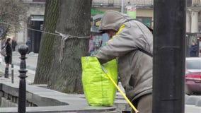 Homme sans abri regardant dans le sac banque de vidéos