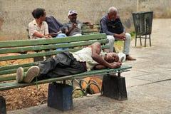 Homme sans abri se trouvant sur un banc à vieille La Havane, Cuba images libres de droits
