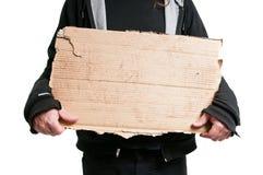 Homme sans abri tenant le signe de carton Images stock