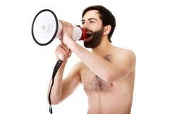 Homme sans chemise criant utilisant un mégaphone Photographie stock libre de droits