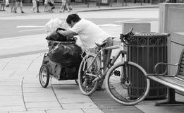 Homme sans foyer avec le vélo et la remorque Photos libres de droits