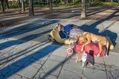 Homme sans foyer de sommeil photo libre de droits