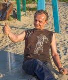 Homme sans foyer Pauvres personnes dans le terrain de jeu du ` s d'enfants au sunse Images libres de droits