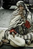 Homme sans foyer priant sur la rue Image stock