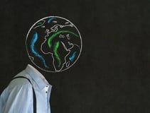 Homme sans tête avec la tête de la terre de globe du monde de craie Photo stock