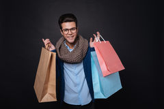 Homme satisfait agréable ayant des achats image stock