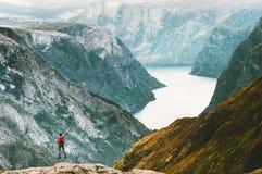 Homme sautant au paysage de montagnes de Naeroyfjord image stock