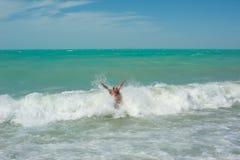 Homme se baignant dans l'océan Photos libres de droits
