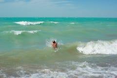 Homme se baignant dans l'océan Images libres de droits