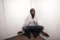 Homme se cachant dans le coin Photos libres de droits