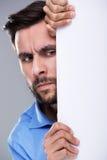 Homme se cachant derrière un espace de copie Photos libres de droits