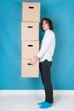 Homme se déplaçant avec des boîtes Image libre de droits
