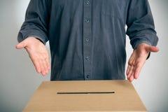 Homme se dirigeant à l'urne  Images stock