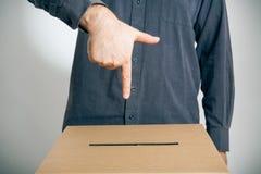 Homme se dirigeant à l'urne  Image libre de droits
