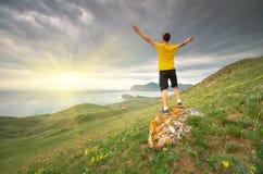 Homme se levant pour exposer au soleil photographie stock libre de droits
