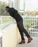 Homme se penchant au-dessus de la saillie Images stock