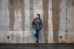 Homme se penchant contre le mur Image libre de droits