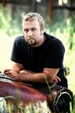 Homme se penchant sur le véhicule Photo libre de droits