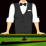 Homme se penchant sur une table de billard Photo stock
